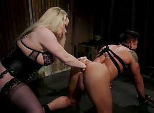 Fat floss Aiden Starr puts at bottom a beamy strapon with the addition of fucks dutiful